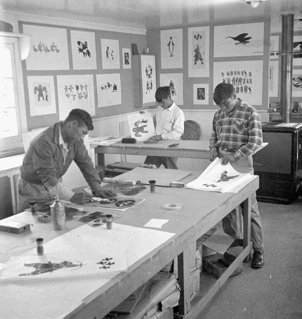 Photo Inuit printmakers at work in the Art Centre